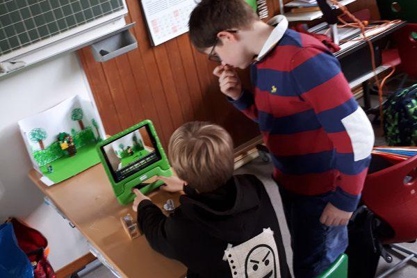 zwei Jungs beim StopMotion-Filme machen