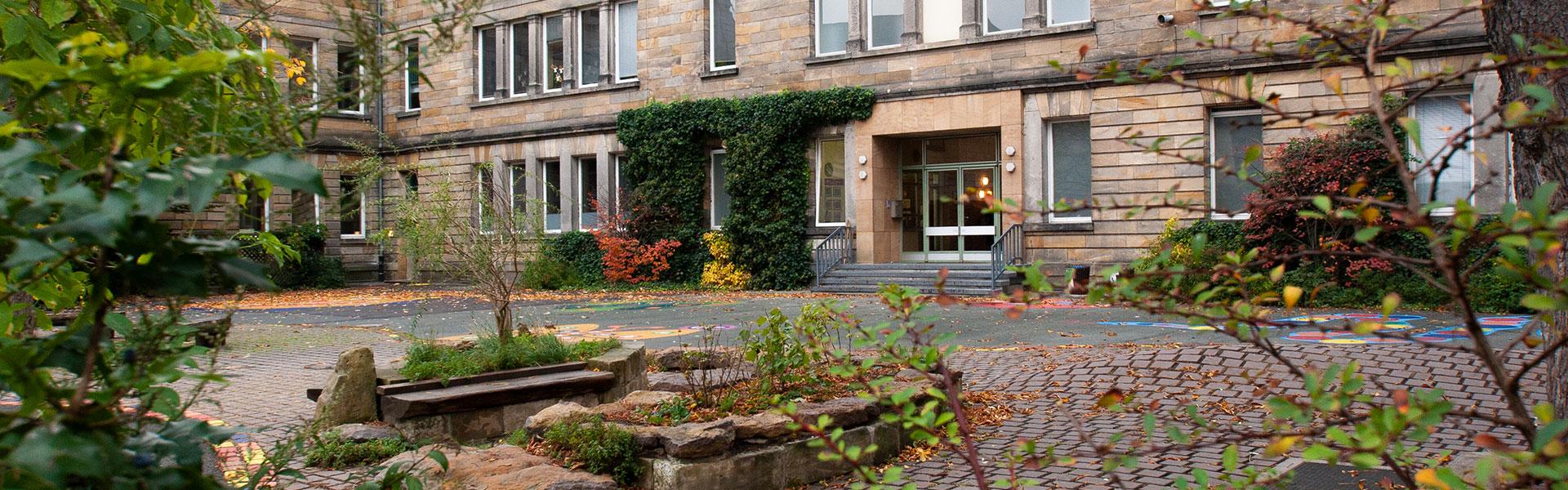 Graservolksschule Schulhof mit Blick auf den Eingang