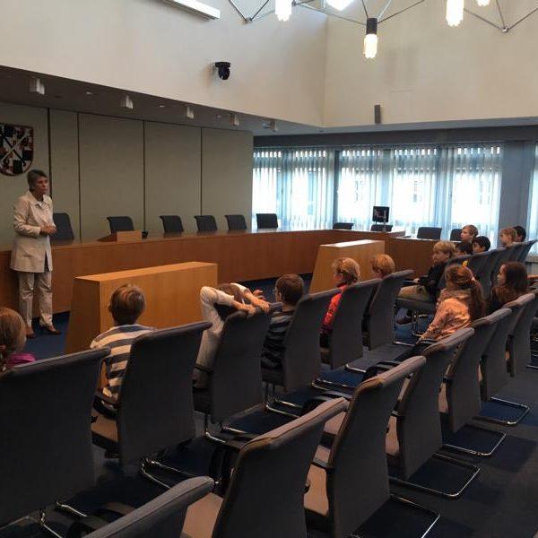 Bürgermeisterin Mark-Erbe spricht mit den Kindern der Klasse 4b