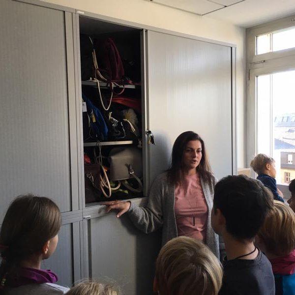 Dame aus der Rathausverwaltung erklärt den Kindern die Aktenordnung