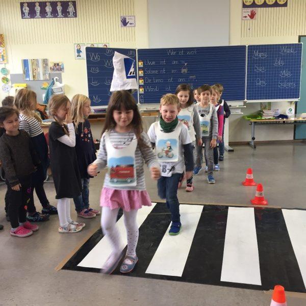 ADAC zu Besuch in der 1. Klasse - Straßenverhalten wird simuliert