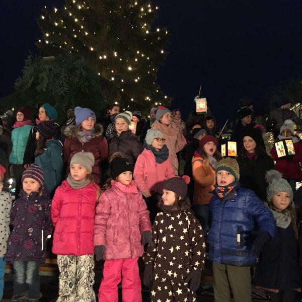 Chor und Lampionträger gemeinsam am Bayreuther Weihnachtsmarkt