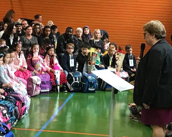 Einschulungszeremonie mit den 1. Klassen und Rektorin Aas