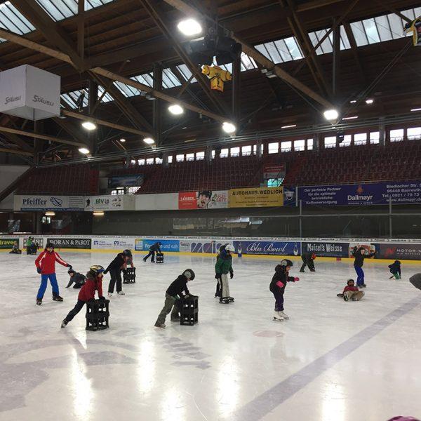 Kinder auf dem Eis im Eistadion