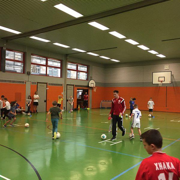 Der DFB mit den Kindern in der Sporthalle