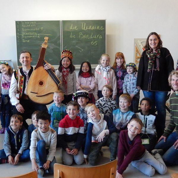 Der Musiker Roman Antonyuk aus Lviv in der Ukraine besuchte die Klassen 2g und 4g der Graserschule