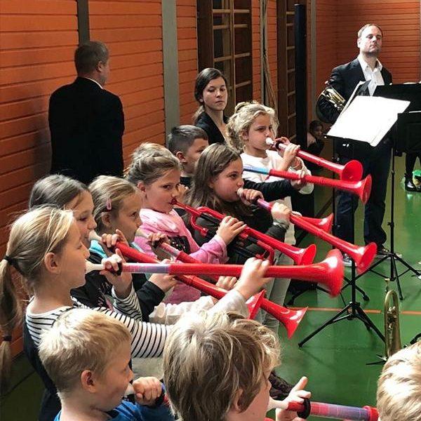 Blechbläsern der Hofer Symphoniker für ihren Besuch bei uns in der Turnhalle