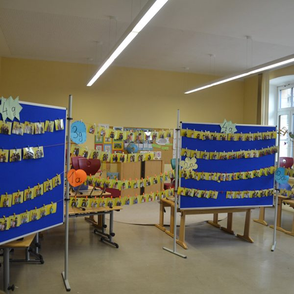 Ausstellungsraum beim Schulfest