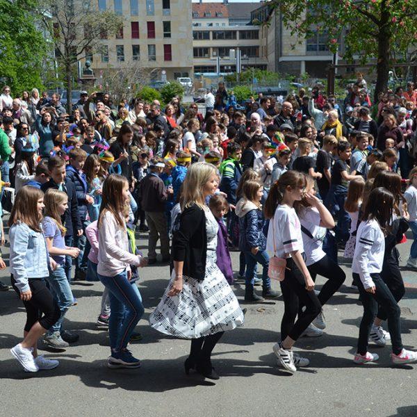 Kinder auf dem Schulhof beim Schulfest