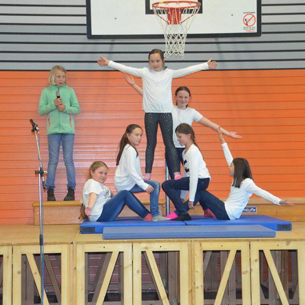 Turnende Mädchen beim Schulfest