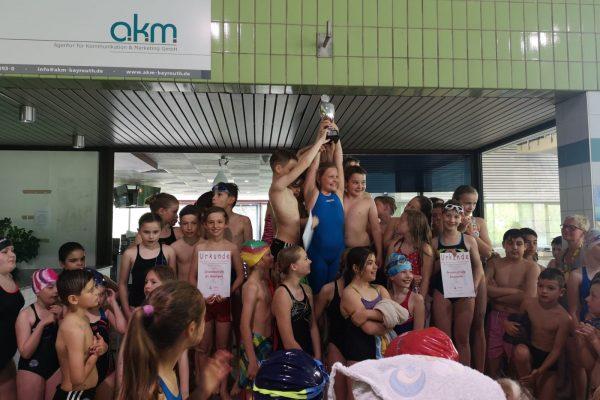 Kinder bei der Siegerehrung - Die Graserschule auf dem 3. Platz