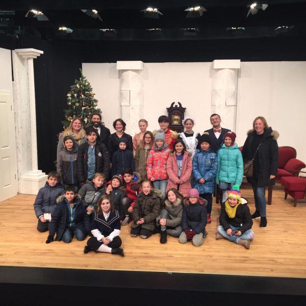 Klassenfoto auf einer Theaterbühne