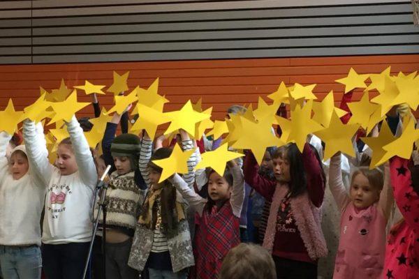 Kinder auf der Bühne der Weihnachtsfeier