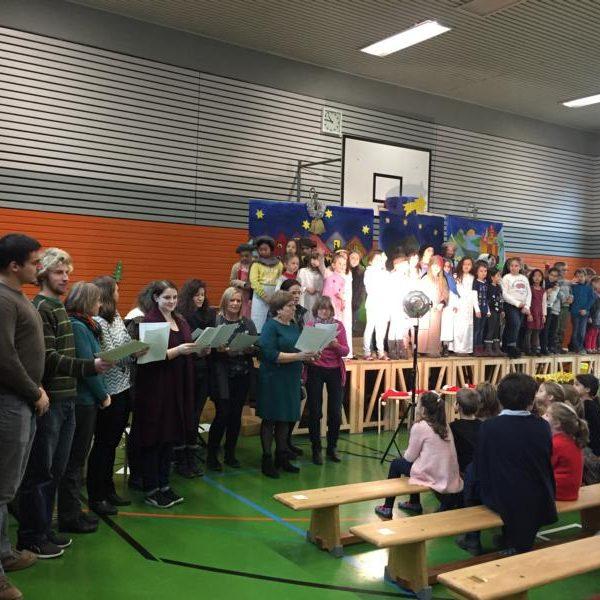 Kinder bei der Weihnachtsfeier in der Sporthalle