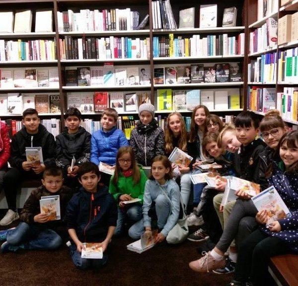 Gruppenfoto von Kindern in der Buchhandlung Rupprecht