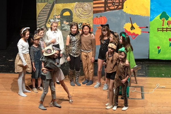Gruppe von Kindern auf der Bühne in tierischen Kostümen