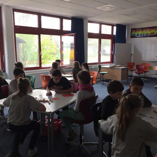 Kinder bei Mathematik aktiv handelnd erlebed