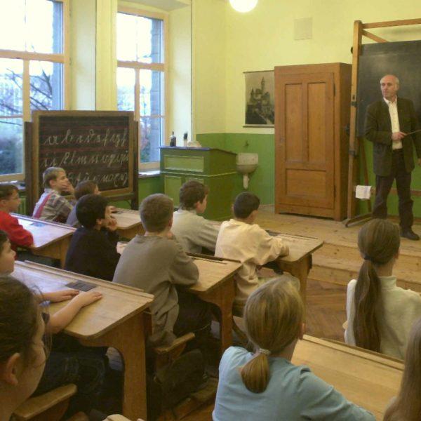 """Historisches Klassenzimmer mit """"Patent-Doppel-Schultafel"""" vom System Wirth"""