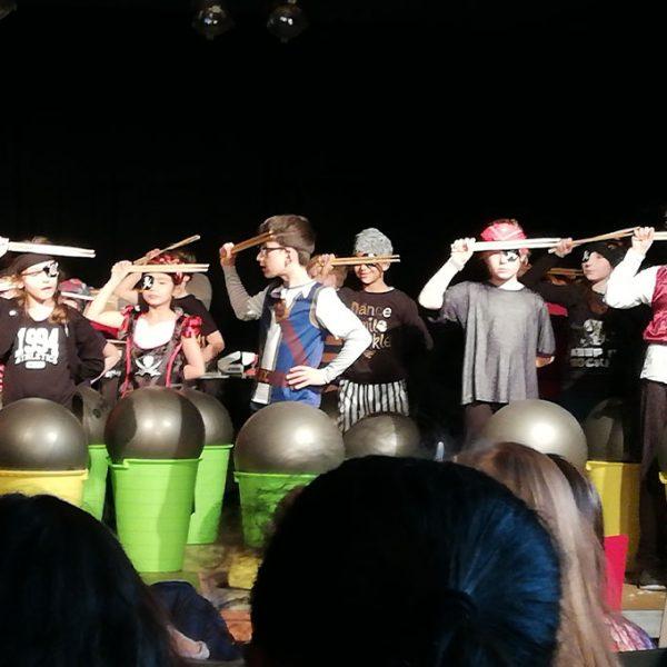 Märchenfest - Gruppe von Schülern beim Trommeln