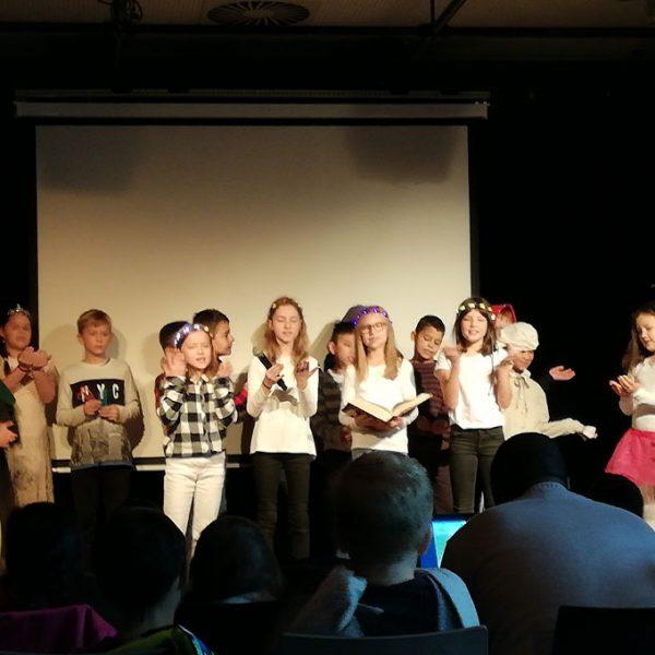 Märchenfest - Gruppe von Schülern beim Singen