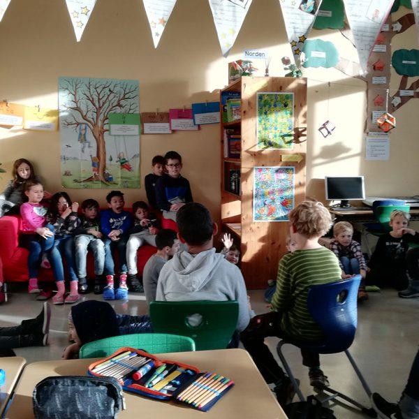 Gruppe von Schülern beim Vorlesetag in der Bibliothek