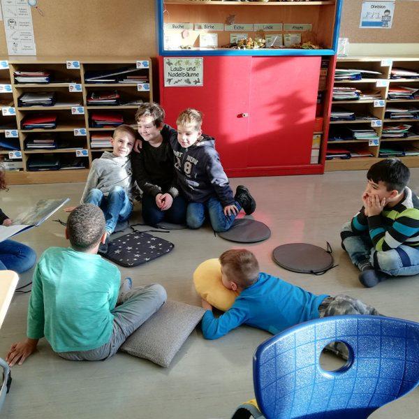 Gruppe von Schülern beim Vorlesetag