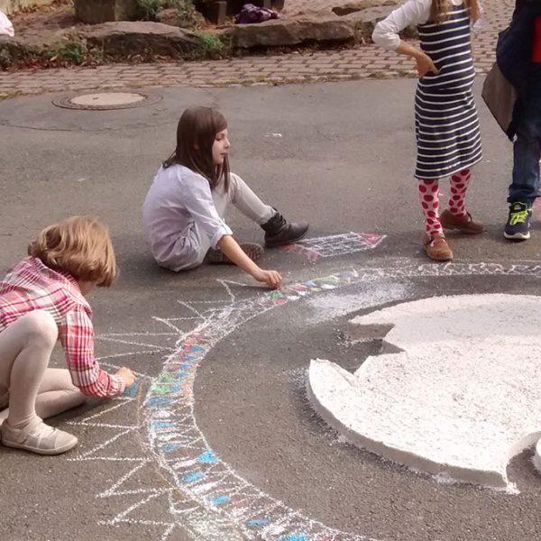 """Nahaufnahme des """"Engel der Kulturen"""" mit Kindern"""