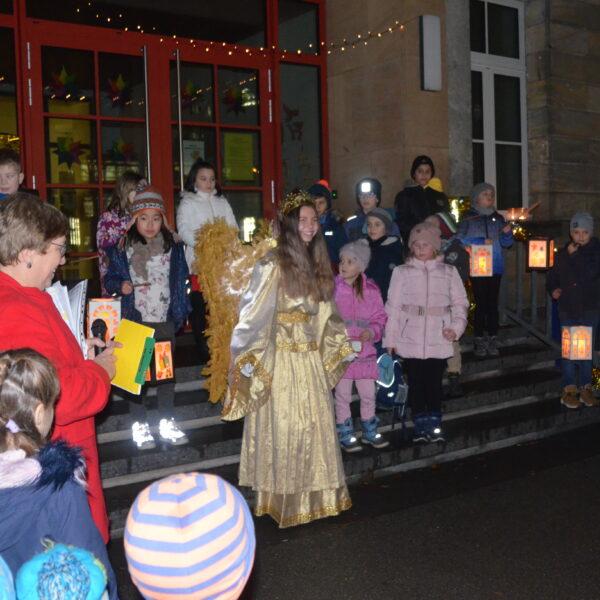 Das Christkind besucht die Weihnachtsfeier der Graserschule