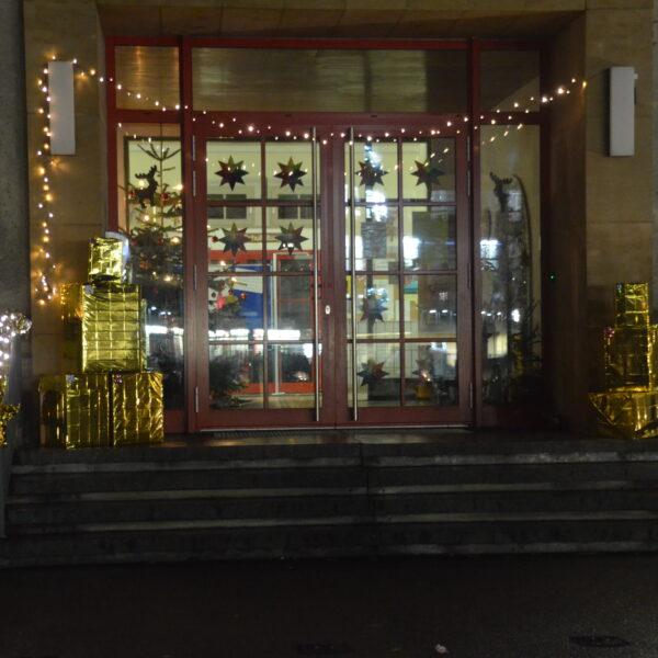 Weihnachtlich dekorierter Eingang