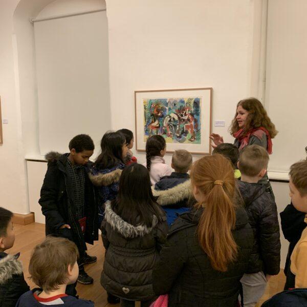 die Schüler betrachten Aquarelle in der Ausstellung