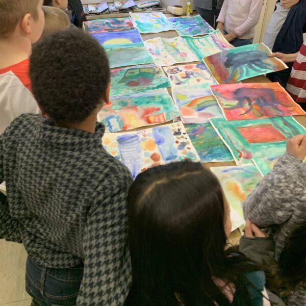 die Kinder betrachten die fertigen Kunstwerke