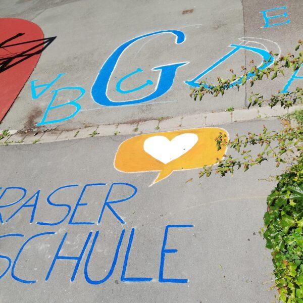 Graserschul Logo in der Hofeinfahrt