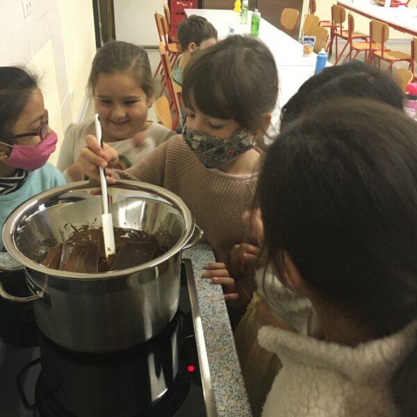 Schüler beim Kochen