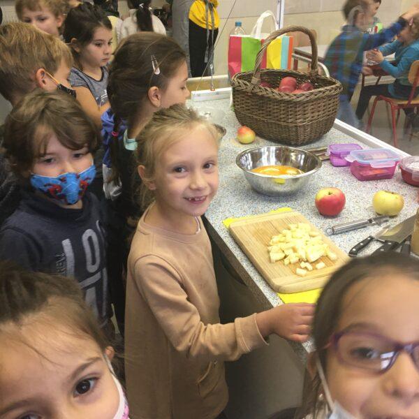 Schüler beim Apfelschneiden