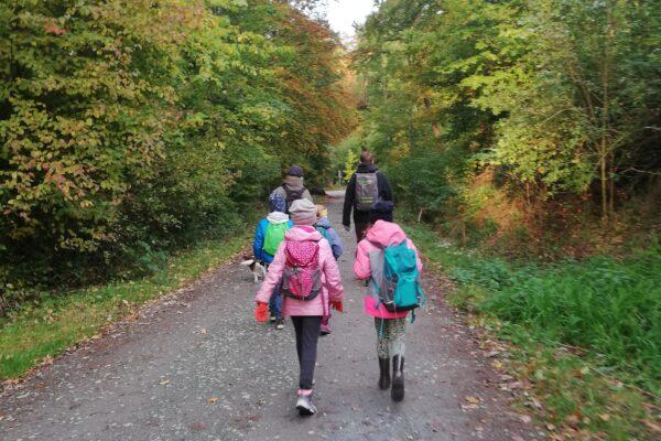 Schüler auf Waldweg