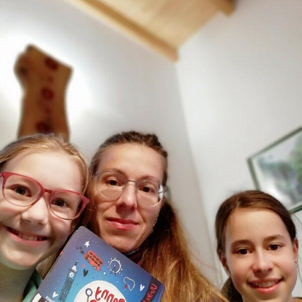 Mutter und Töchter präsentieren Buch