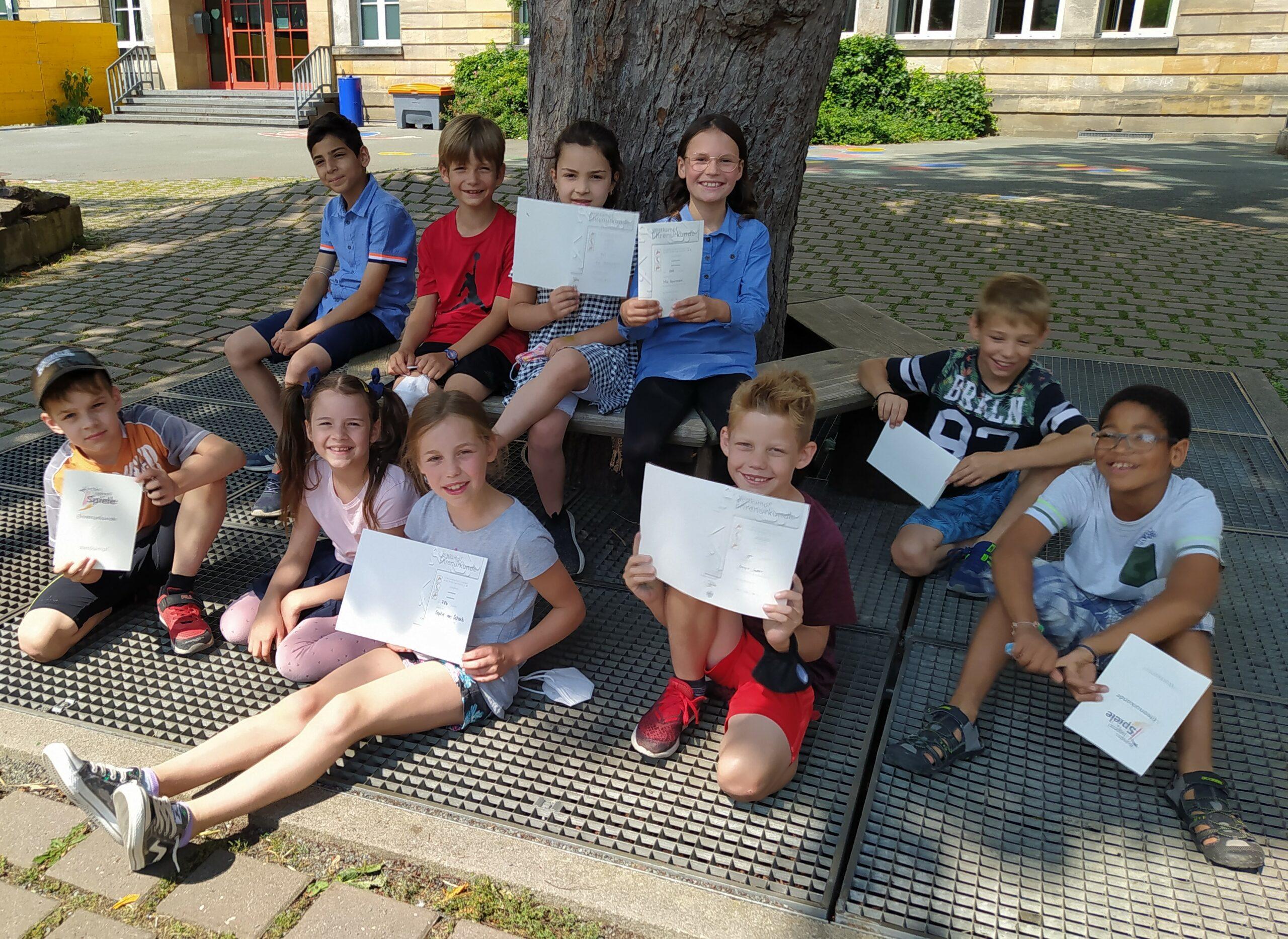 Schüler*innen mit ihren Urkunden